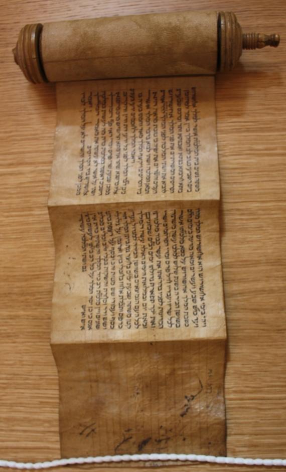 Religion_Hebrew_01_scroll open